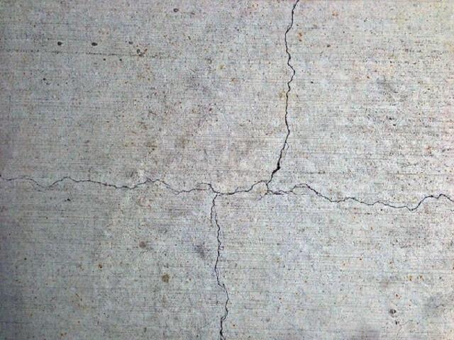 Nên xử lý các vết nứt của tường trước khi sơn
